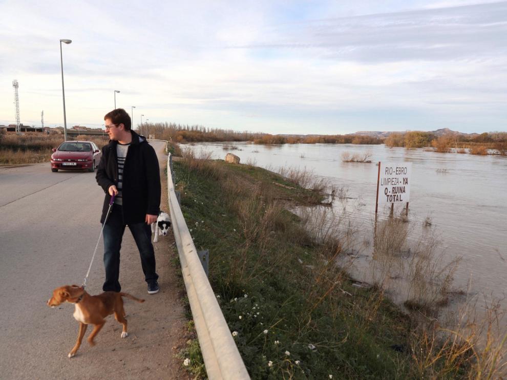 El caudal del Ebro supera en la capital aragonesa los 4 metros de altura