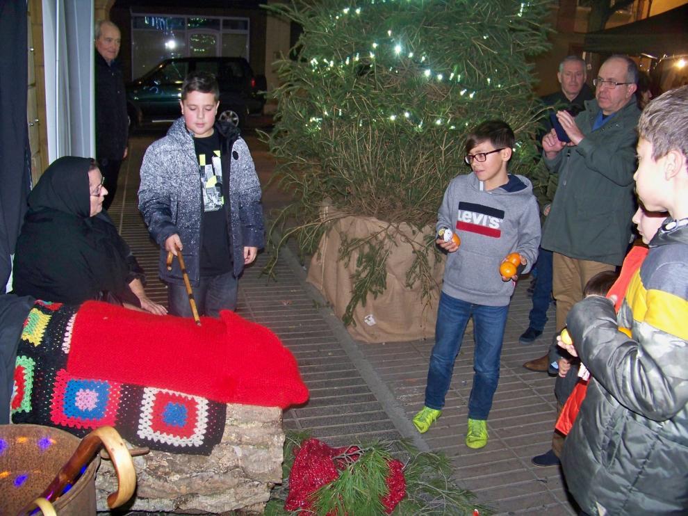 """Los niños de Fraga cumplen con la tradición de """"cagar lo tronc de Nadal"""""""