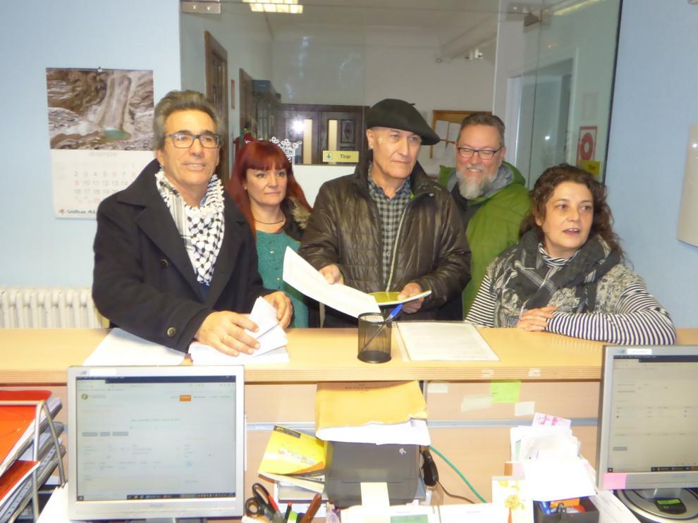 Entregan las alegaciones para evitar más granjas porcinas en Sabiñánigo