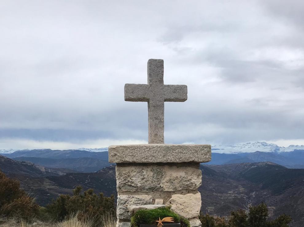 El belén en la cruz del Tozal de Asba lleva la Navidad a la España Vaciada
