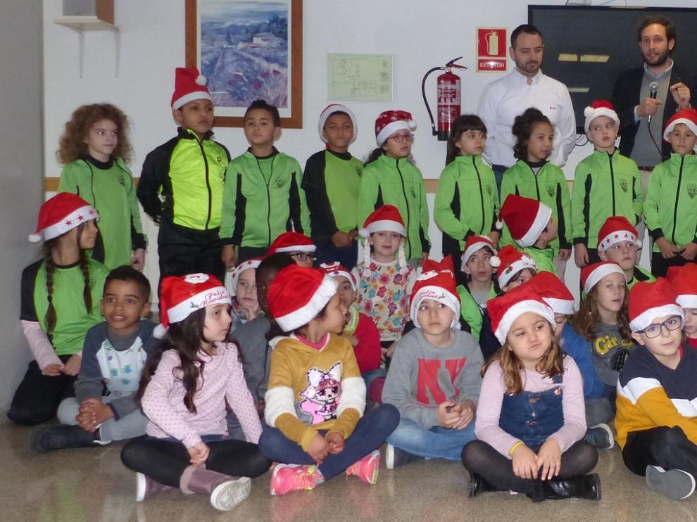 Postales y villancicos en Monzón para llevar la ilusión navideña de los escolares a las residencias