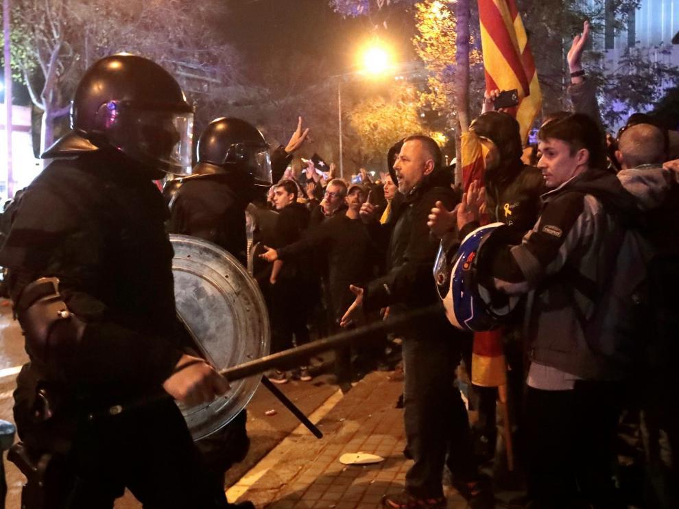 Al menos doce heridos en los disturbios junto al Camp Nou durante el clásico