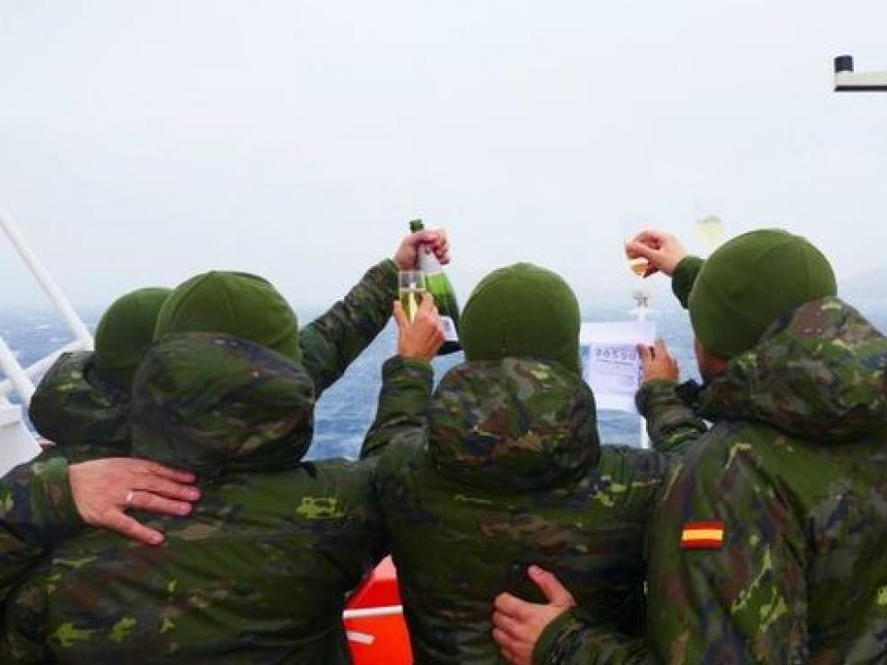 Un militar celebra haber ganado el Gordo en la Antártida