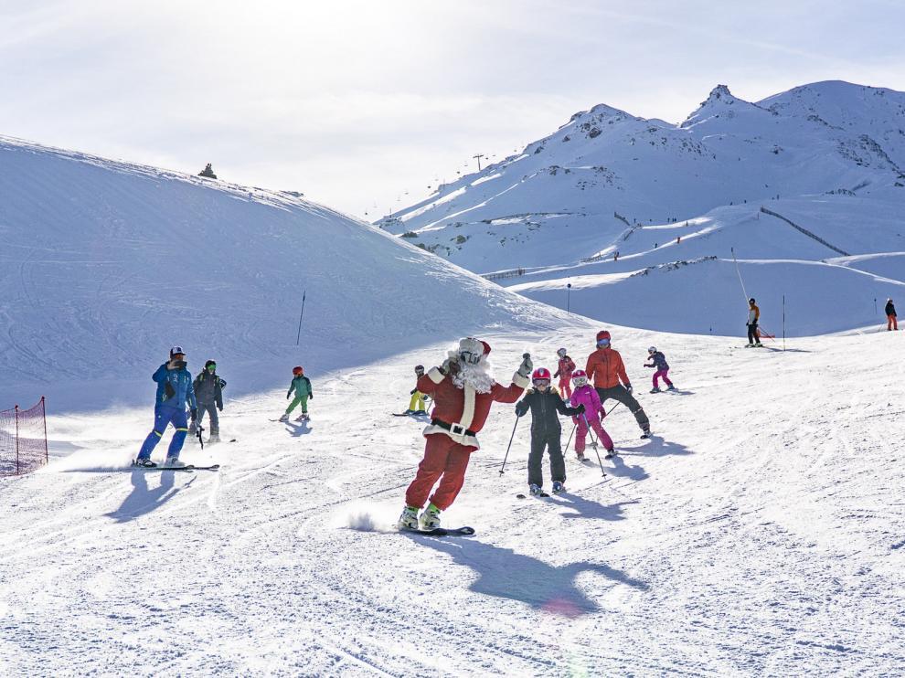 Papa Noel se convierte en un esquiador más en Formigal y Cerler