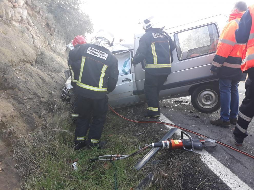 Un herido al colisionar dos vehículos en la Avenida de los Pirineos de Barbastro