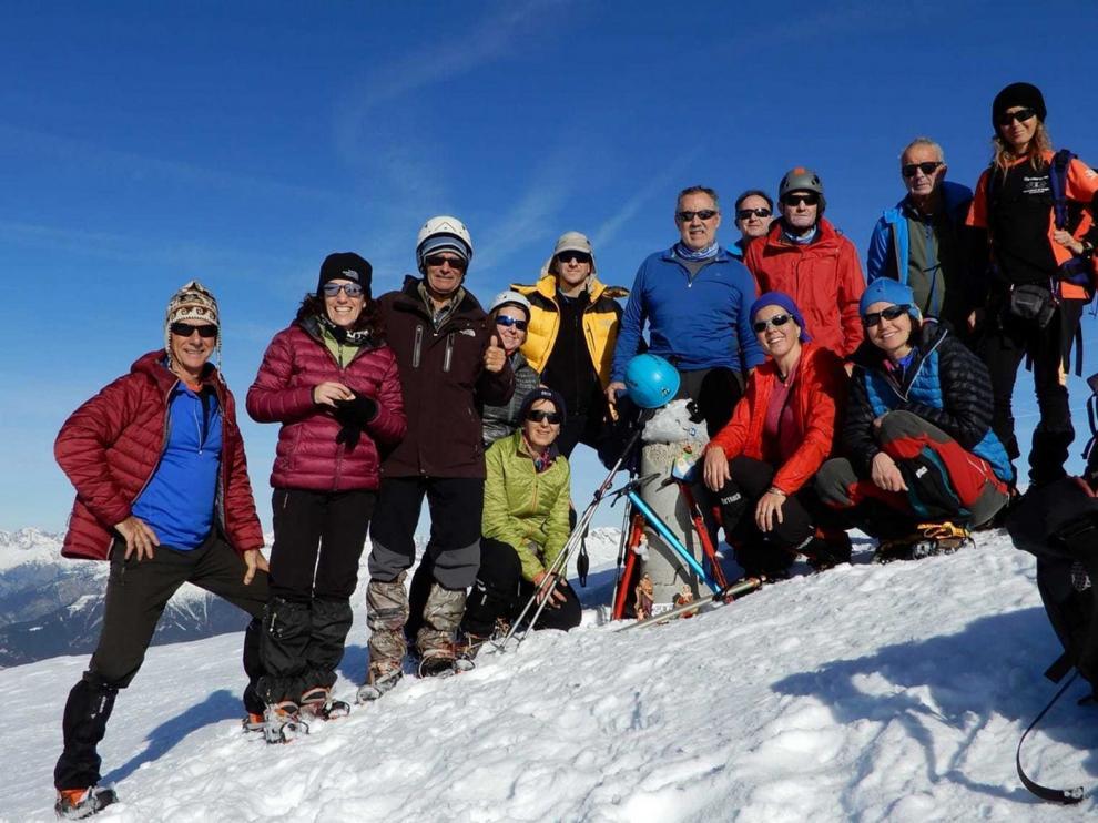 Montañeros de Aragón coloca su belén en el pico Cotiella