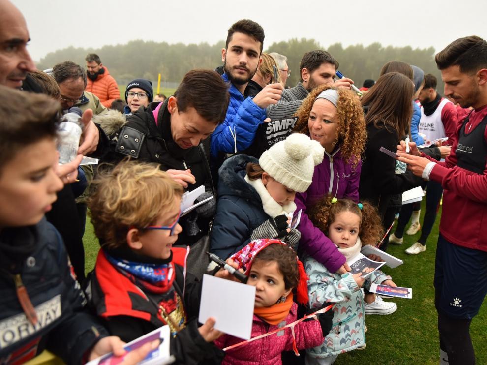 Doscientos aficionados dan colorido al entrenamiento del Huesca