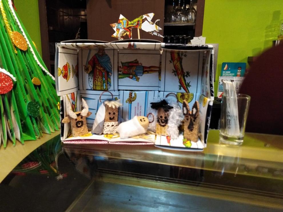 Un belén original en en la barra del bar Prats de Campo