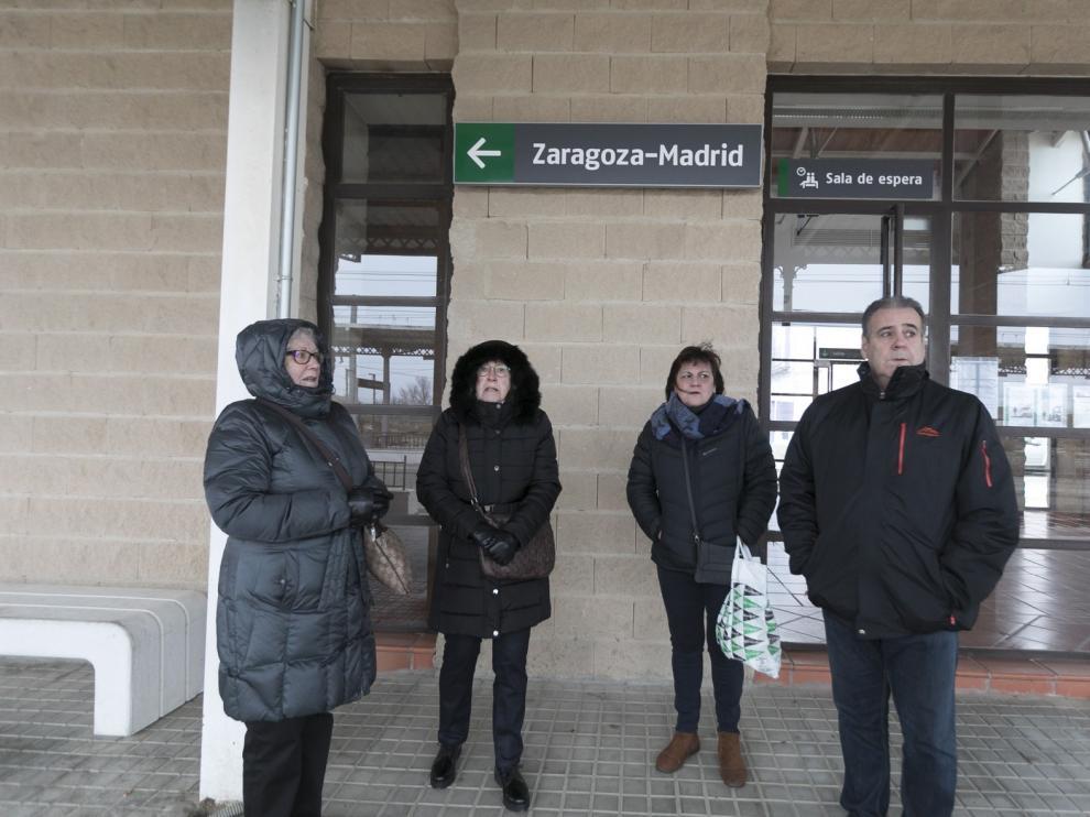 Frío y dudas tras la clausura de la ventanilla en la estación de tren de Tardienta