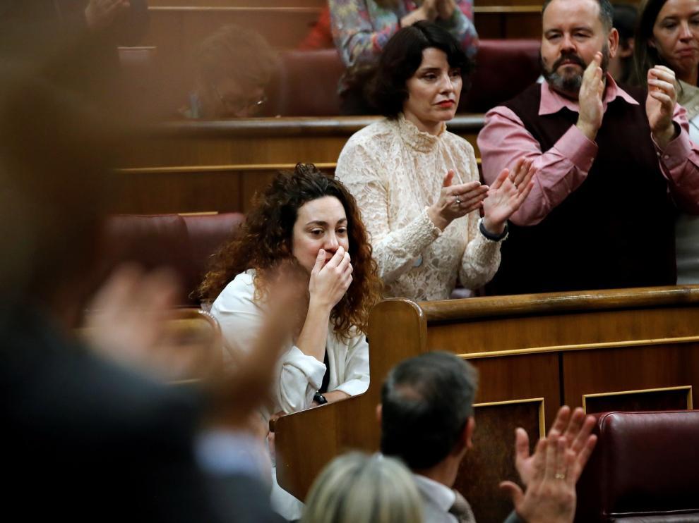 Emotivo aplauso a la diputada que ha acudido a votar pese a estar enferma
