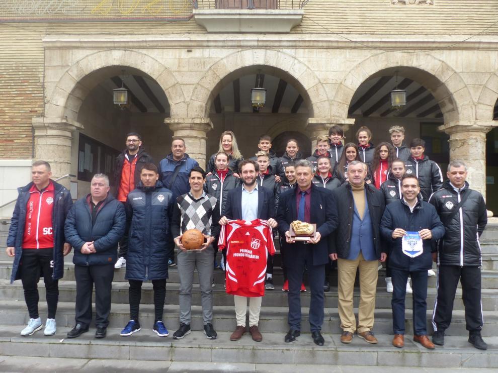 Monzón recibe a un equipo de fútbol femenino de Rumanía para promocionar sus instalaciones