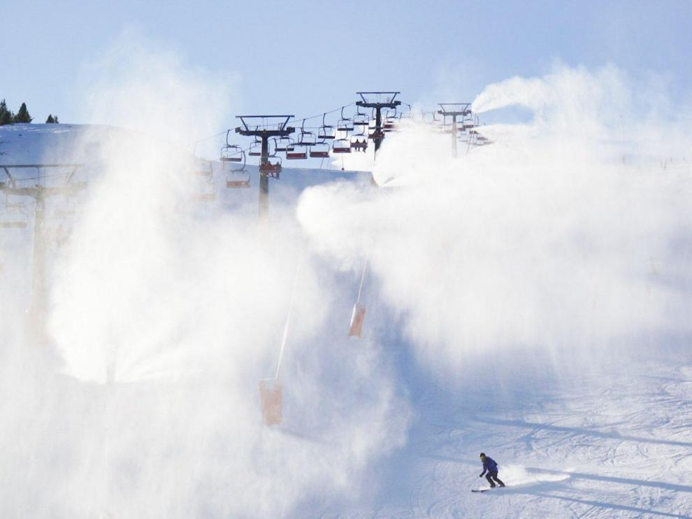 La nieve tiñe de blanco las estaciones de esquí del Pirineo de Huesca