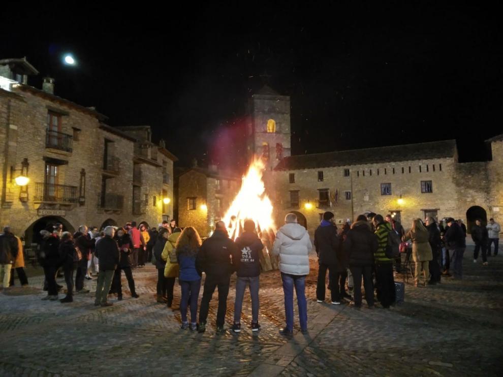 Aínsa revive el ritual del fuego con sus hogueras por los santos barbudos
