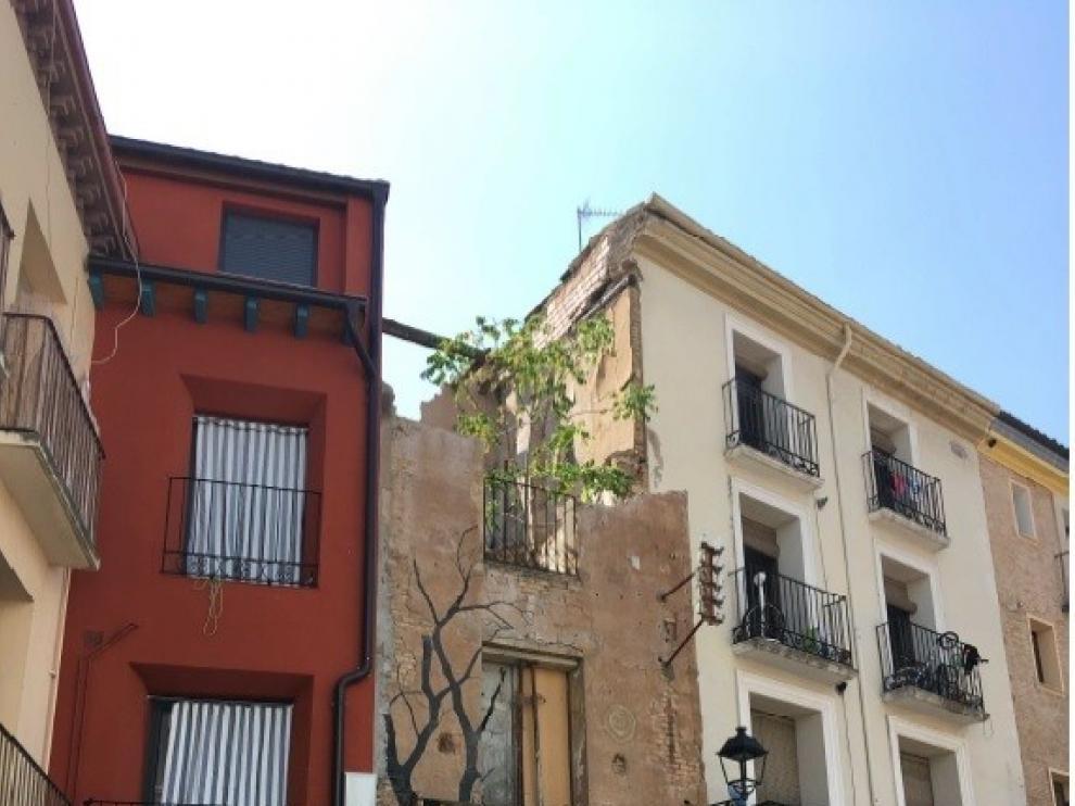El Ayuntamiento derribará un edificio en ruinas en la plaza de Los Fueros de Huesca