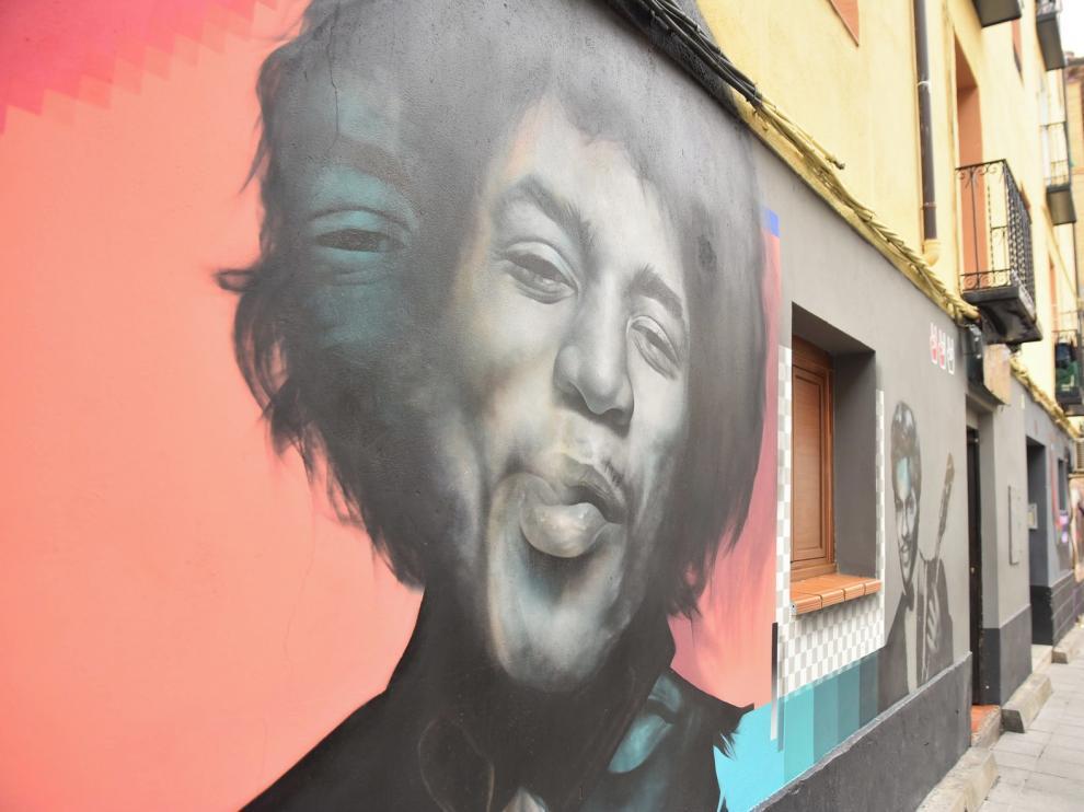 La calle Argensolas de Huesca se transforma de la mano del grafiti fotorrealista