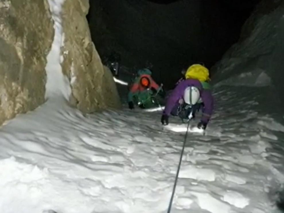 Complicado rescate nocturno de dos jóvenes escaladoras en la Peña Telera