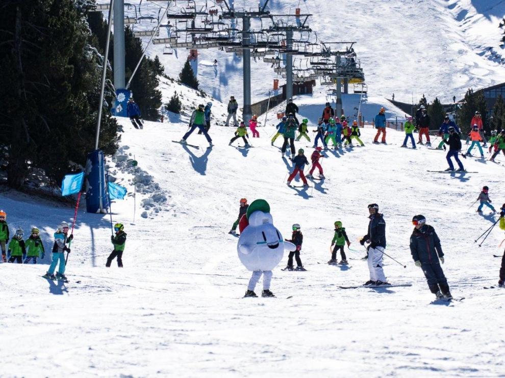 Los esquiadores disfrutan de una gran jornada en las estaciones del Pirineo