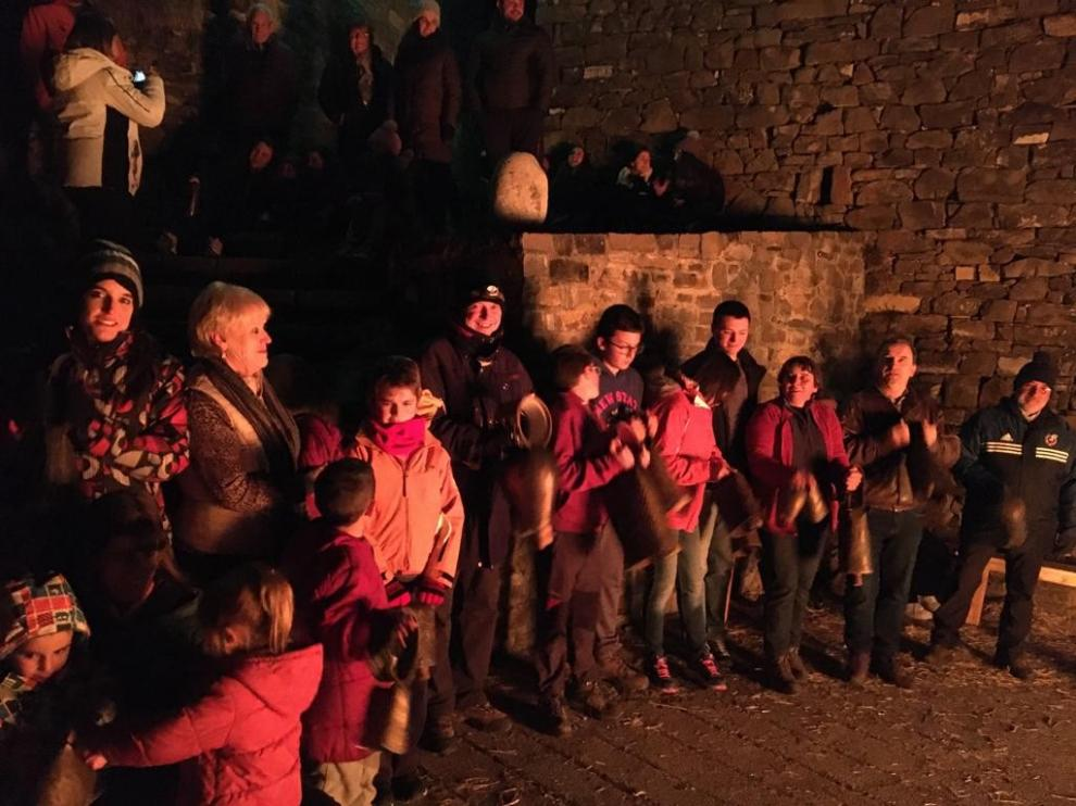 La hoguera de San Vicente arde en Puértolas al son de los trucos, cuartizos y esquilas