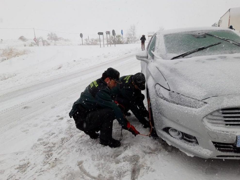 La Guardia Civil traslada al Clínico de Zaragoza a una mujer embarazada atrapada en la A-220