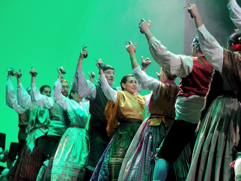 Un auditorio casi lleno asiste a la XXVIII Muestra de Danza y Folclore