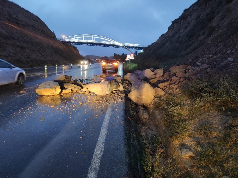 La lluvia provoca desprendimientos de tierra y rocas en Fraga