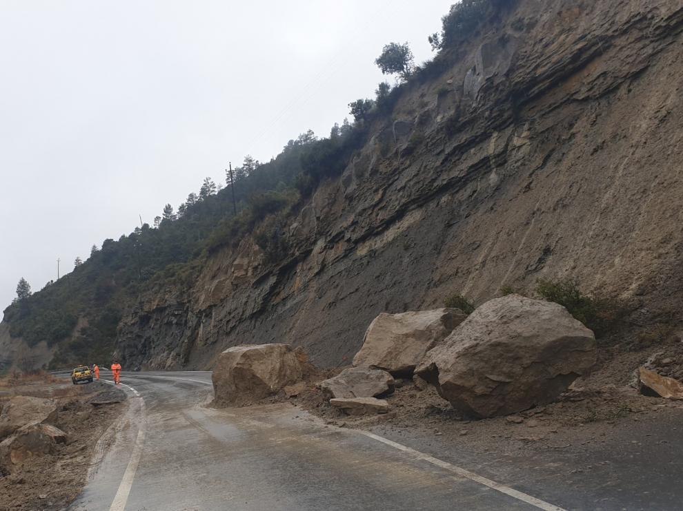 La lluvia provoca la caída de grandes rocas sobre la A-1605