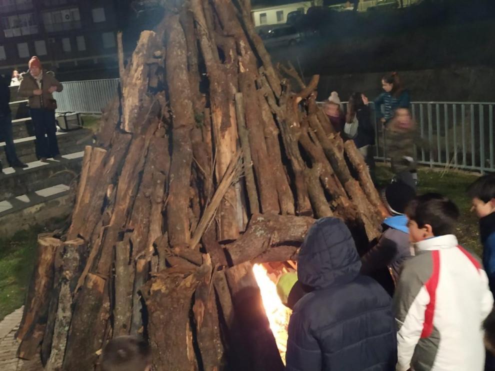 Gran ambiente en torno a las hogueras de las fiestas de Boltaña