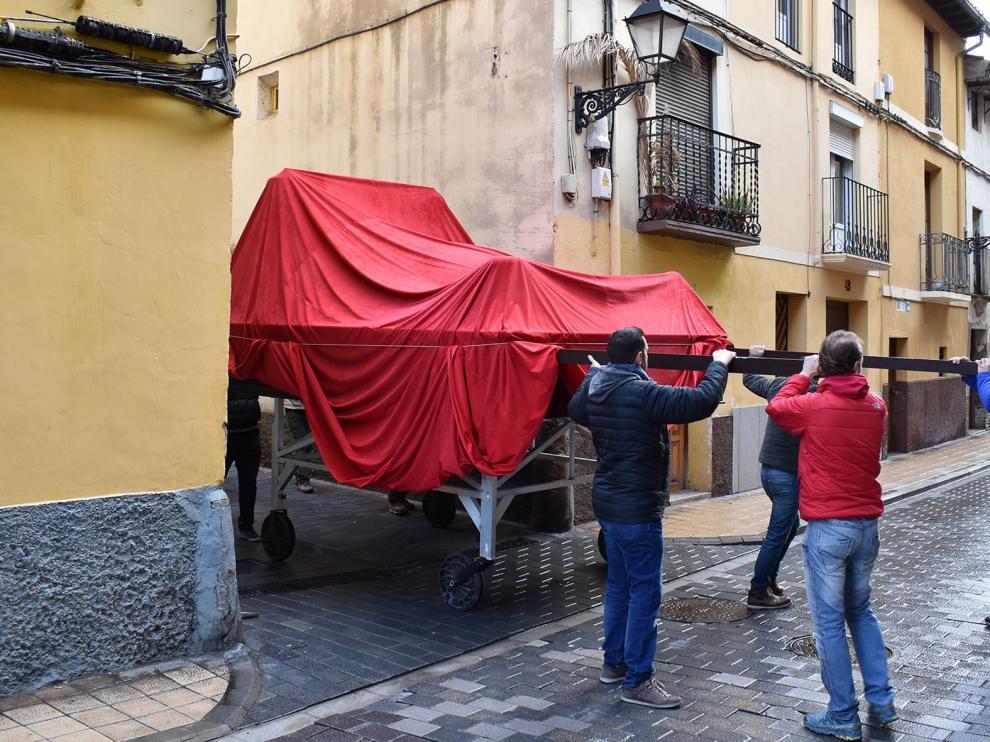 Las calles Perena y Lanuza de Huesca pasan la prueba de las peanas de la procesión de Semana Santa