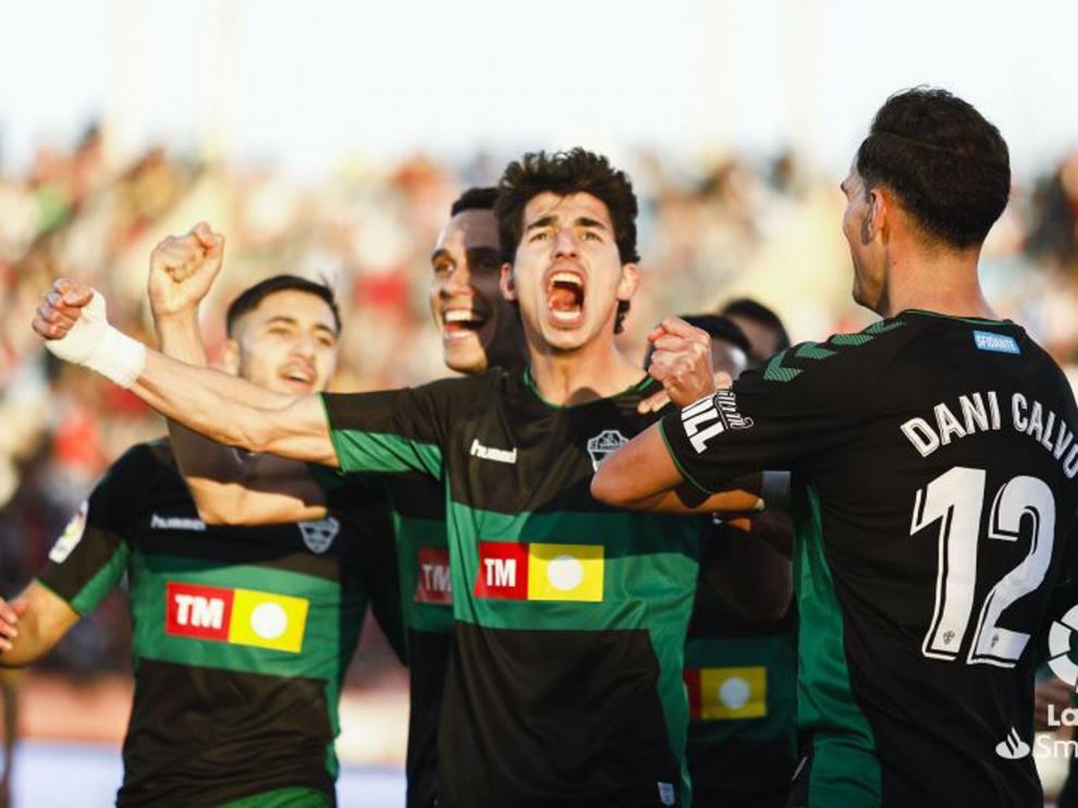 El ascenso directo, a dos puntos tras perder el Almería