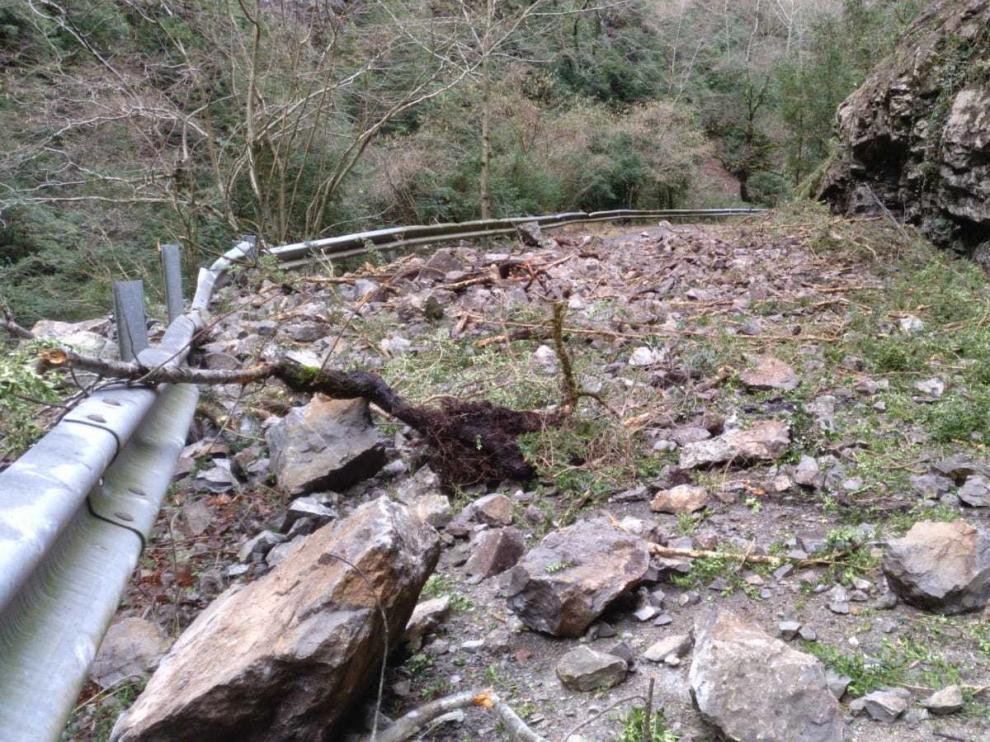 Cierran la carretera entre Escalona y Nerín por un desprendimiento