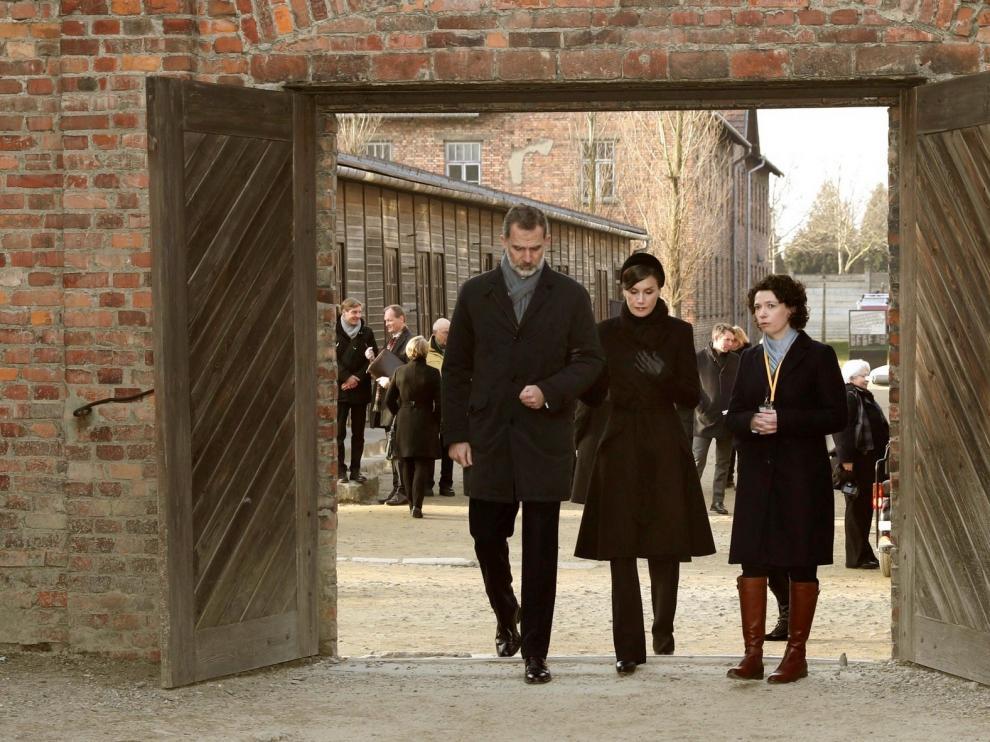 Los Reyes de España, conmovidos en el campo de Auschwitz