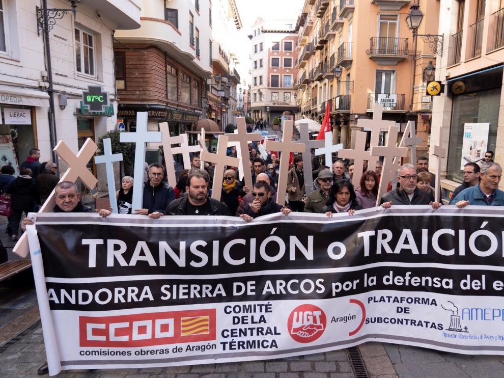 Más de cien personas escenifican en Teruel la muerte de las Cuencas Mineras