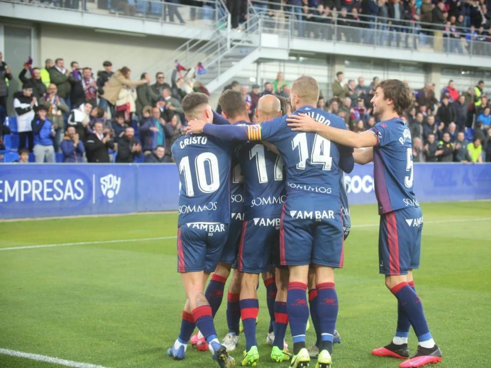 El Huesca vuelve a sonreír de la mano de Cristo y Okazaki (2-0)