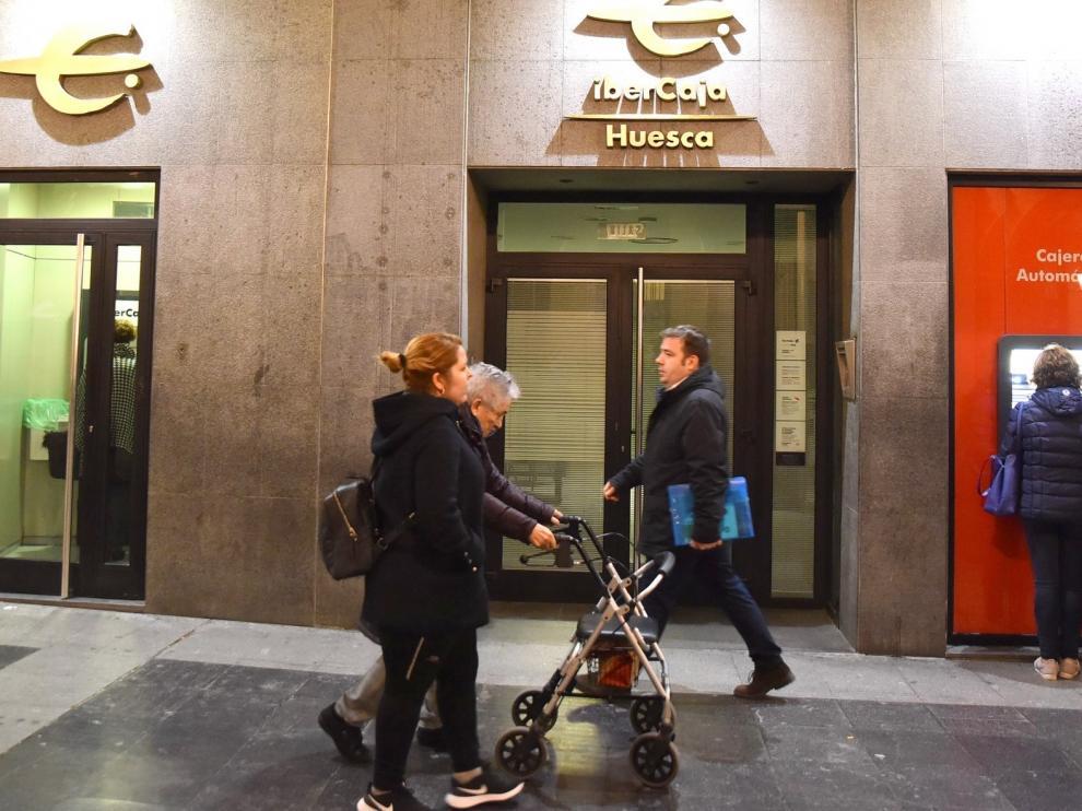 La banca inicia la desescalada reabriendo oficinas