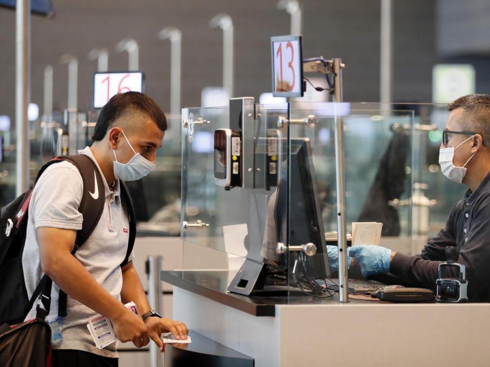 China da por superado el pico de transmisiones de coronavirus en el país
