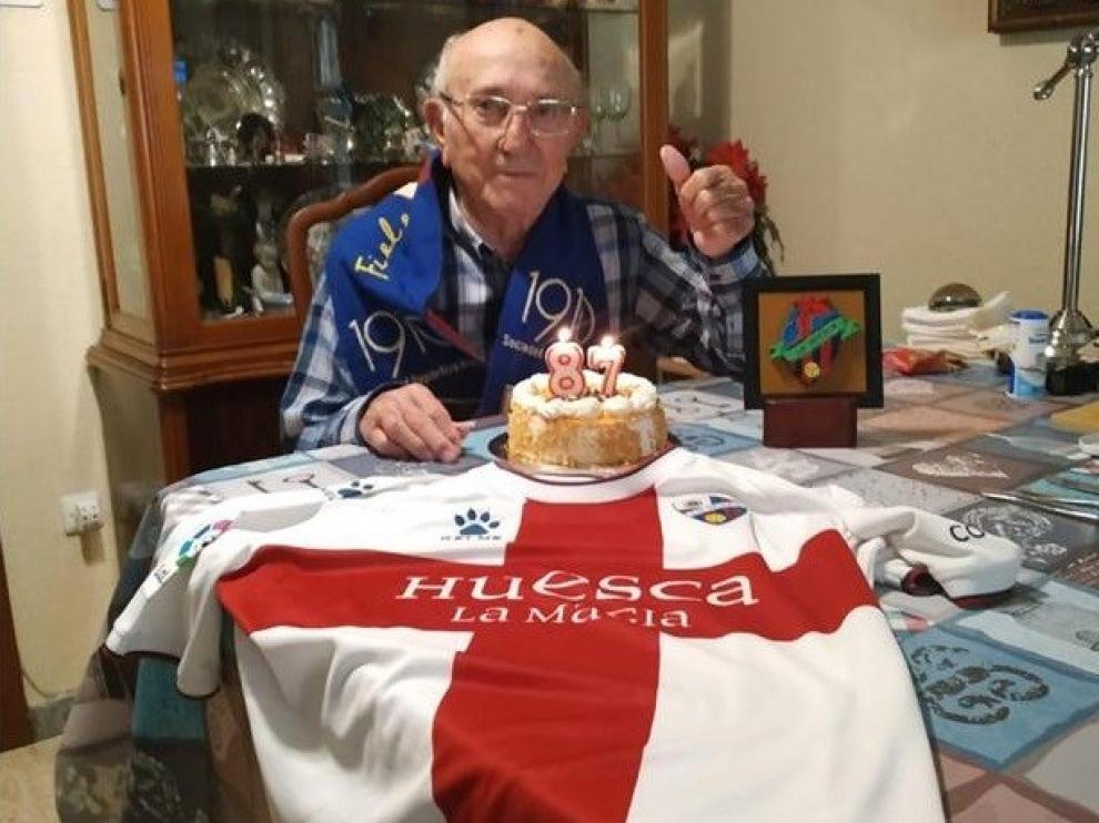 El socio número 1 del Huesca, Paco Solano, celebra su 87 cumpleaños