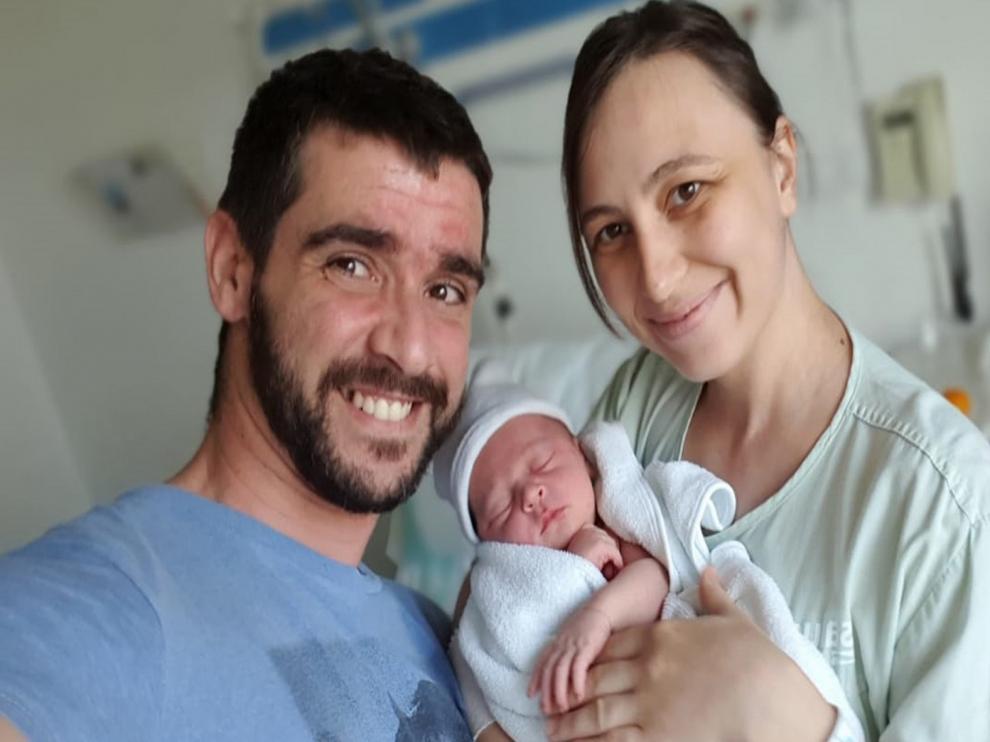 Lavinia Popescu da a luz a su hijo Saúl en casa de sus padres en Sariñena