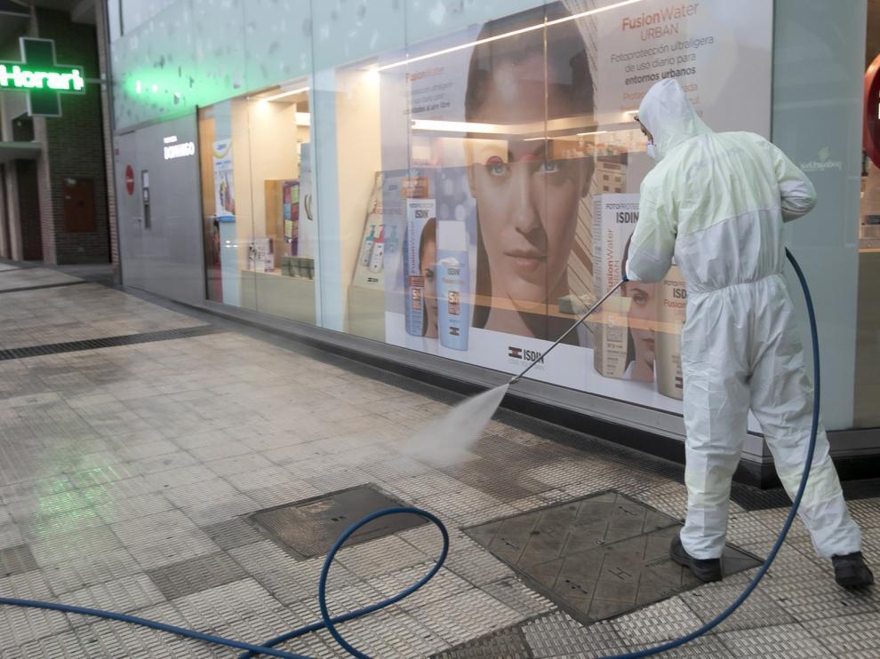 Los médicos de Salud Pública ven esencial fumigar las calles para frenar el contagio del coronavirus