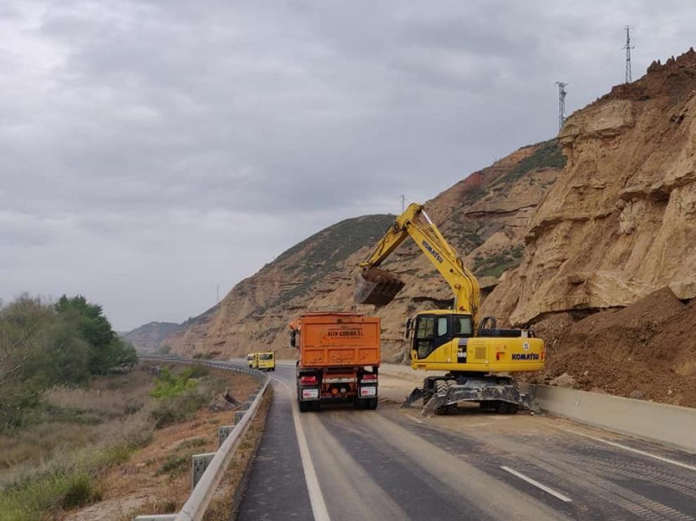 Un desprendimiento corta la carretera A-1234 a la salida de Fraga durante más de diez horas