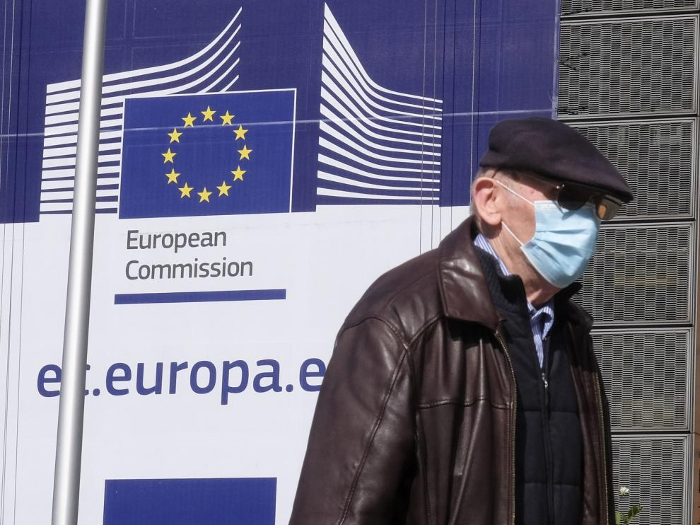 """Bruselas pide a España invertir en el sistema sanitario tras una crisis que revela sus """"deficiencias"""""""