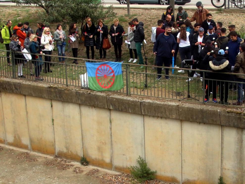 Huesca sale a los balcones en el Día del Pueblo Gitano