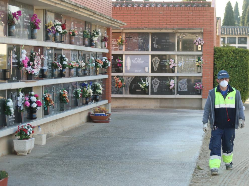 El cementerio municipal de Huesca quintuplica sus servicios en la última quincena