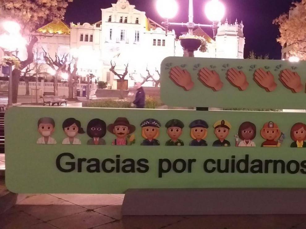 """Dos wasaps gigantes rinden en Huesca homenaje a los """"héroes"""" de la pandemia de coronavirus: """"Gracias por cuidarnos"""""""