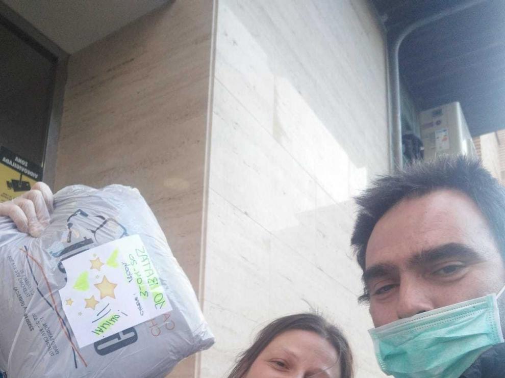 """""""Armaduras"""" de plástico para proteger del coronavirus a quienes """"batallan"""" en primera línea"""