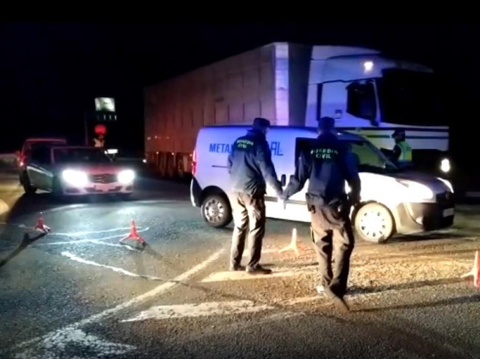 Agentes de la Guardia Civil de Fraga reparten desde la madrugada mascarillas a personal de transporte