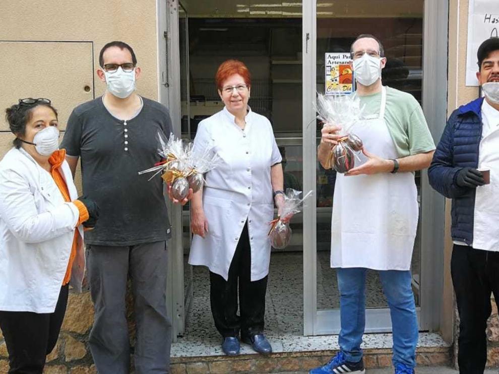 """Tolva endulza su fiesta mayor con """"monas"""" de Casa Canseró"""