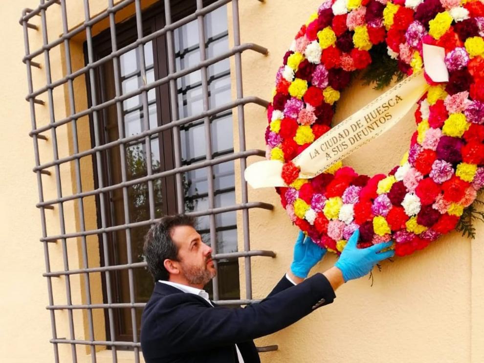 El Ayuntamiento de Huesca pone flores en el Cementerio por los fallecidos por coronavirus