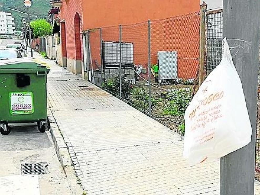 Aparecen bolsas con mascarillas en Monzón