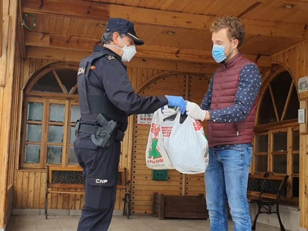 La Policía intensifica la comunicación con los sanitarios y coordina las oleadas de solidaridad de los vecinos