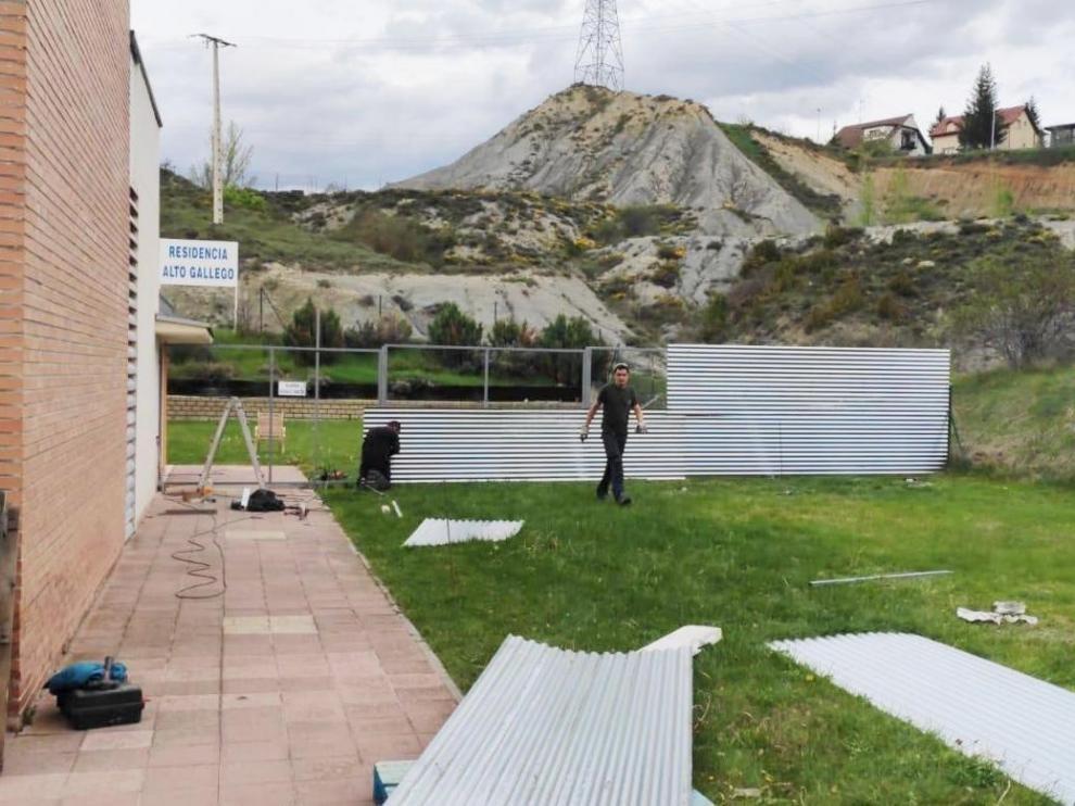 La residencia Alto Gállego de Sabiñánigo establece zonas de jardín diferenciadas